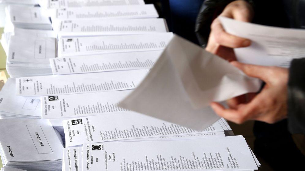 Foto: Una persona selecciona una de las papeletas al Congreso dispuestas en un colegio electoral de Madrid, en diciembre de 2015. (EFE)