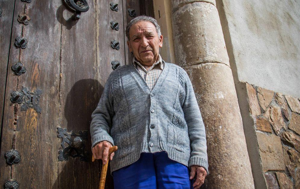 Foto: Ángel Zorita, junto a una de las columnas que sacaron de Caraca. (Á. V.)