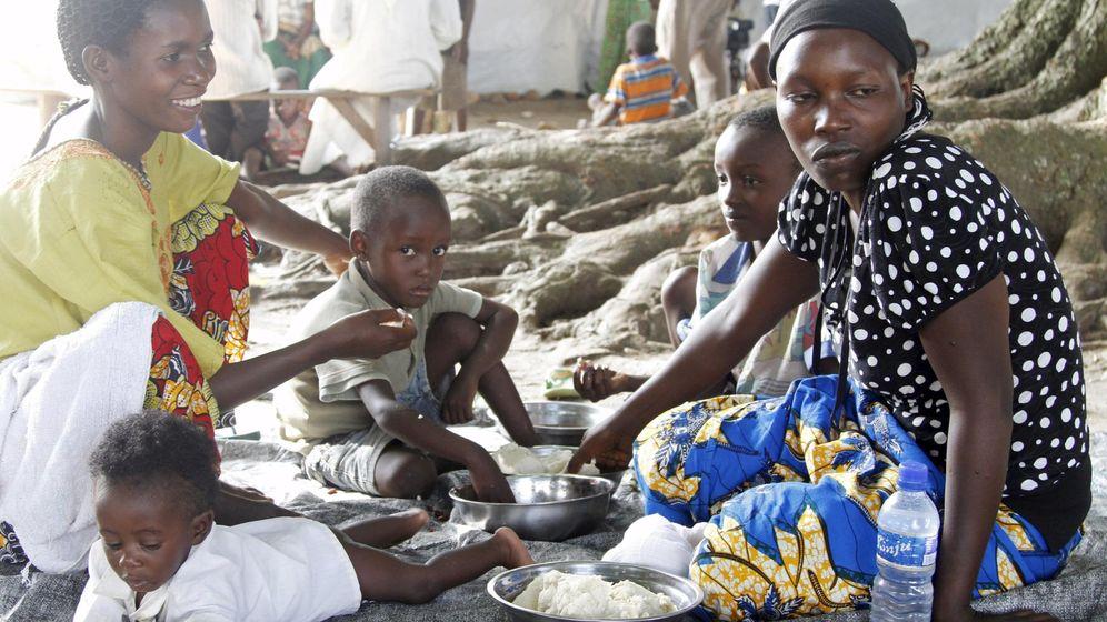 Foto: Una familia come en un centro de refugiados de la ONU en República Democrática del Congo. (Reuters)