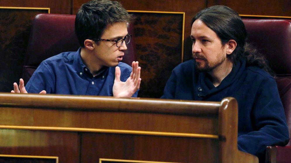 Foto: Los dirigentes de Podemos, Íñigo Errejón y Pablo Iglesias, en sus escaños del Congreso de los Diputados. (EFE)