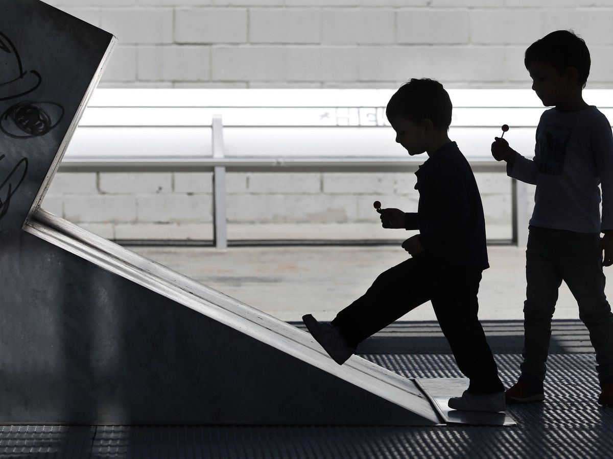 Foto: Dos niños juegan en Barcelona, este martes, durante el tercer día de salidas permitidas. (EFE)