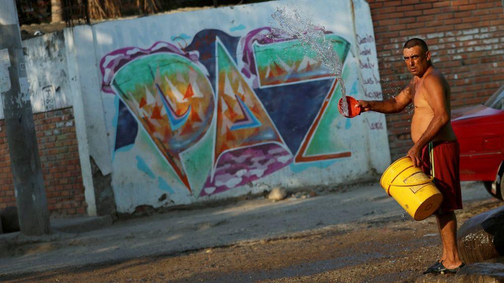 Foto:  Un hombre en un suburbio de Colombia. (Reuters)