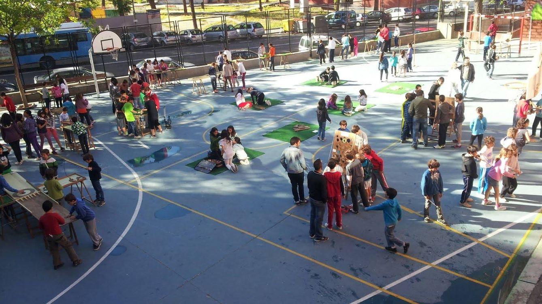 Foto: Varios grupos de niños en el patio del colegio Siglo XXI. (www.elbosquedelosjuegos.com)