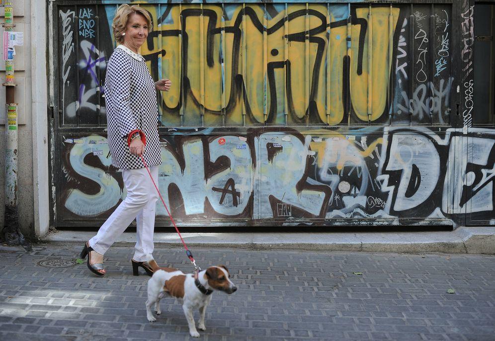 Foto: Esperanza Aguirre, paseando a su perro por las calles de Madrid. (Getty)