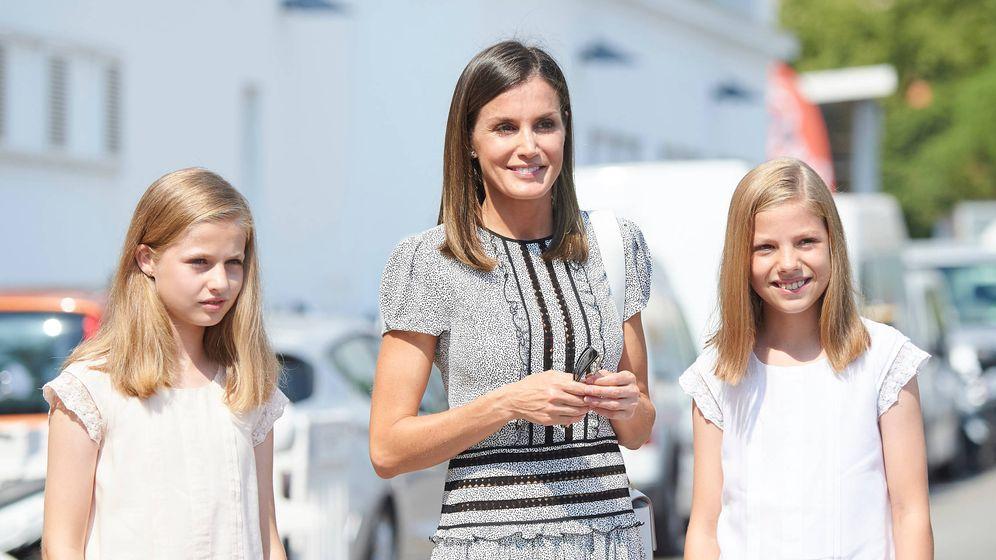 Foto: La Reina Letizia rodeada de la infanta Sofía y la princesa Leonor (Limited Pictures)