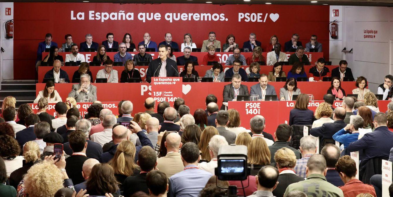 Foto: Pedro Sánchez, con su ejecutiva al fondo, durante la reunión del comité federal del PSOE de este 15 de febrero de 2020 en Ferraz. (Inma Mesa | PSOE)