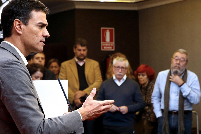 Sánchez, con Ignacio Fernández Toxo (CCOO) y Cándido Méndez (UGT), el pasado 6 de noviembre. (EFE)