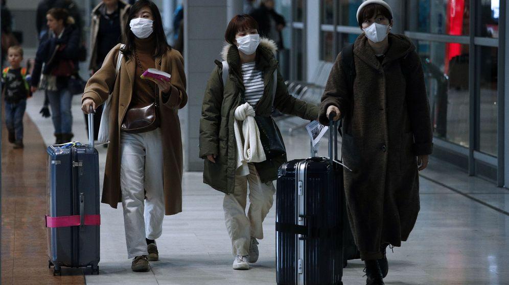 Foto: Pasajeros visten mascarillas en un aeropuerto. (EFE)