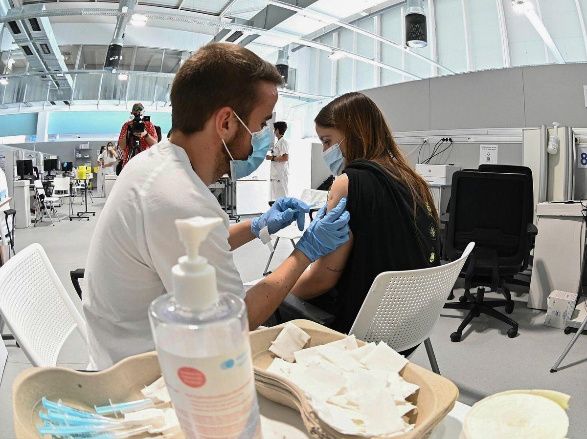 Foto: Una chica recibe una dosis de la vacuna contra el coronavirus. (EFE)