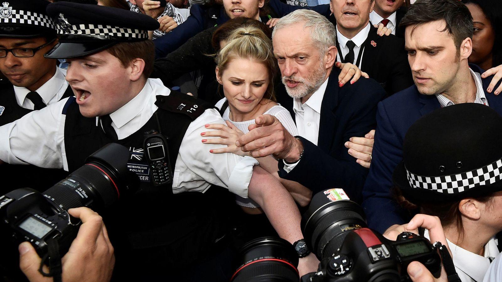 Foto: El líder del Partido Laborista Jeremy Corbyn llega a un mitin del partido en el centro de Londres (Reuters).