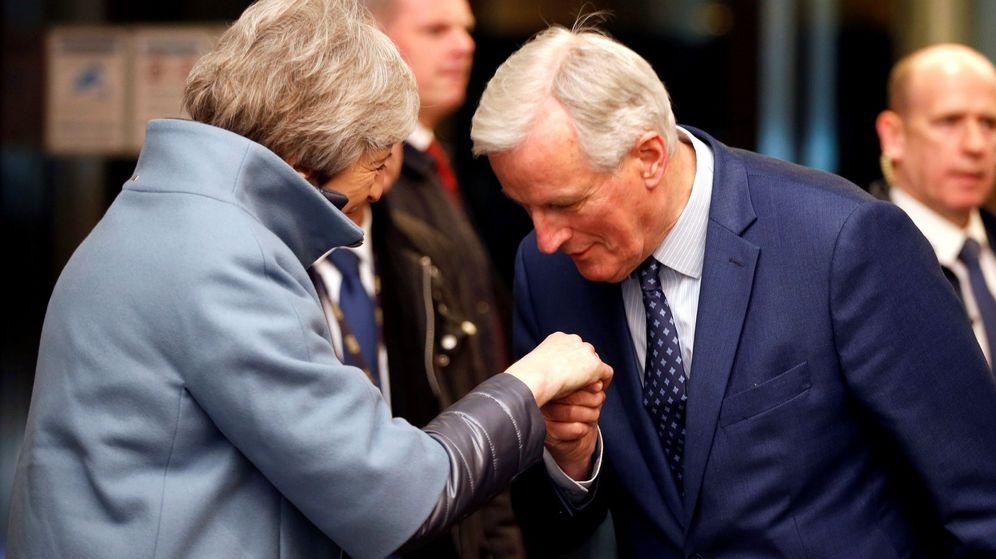 Foto: Theresa May saluda a Michel Barnier, negociador jefe de la Comisión. (EFE)