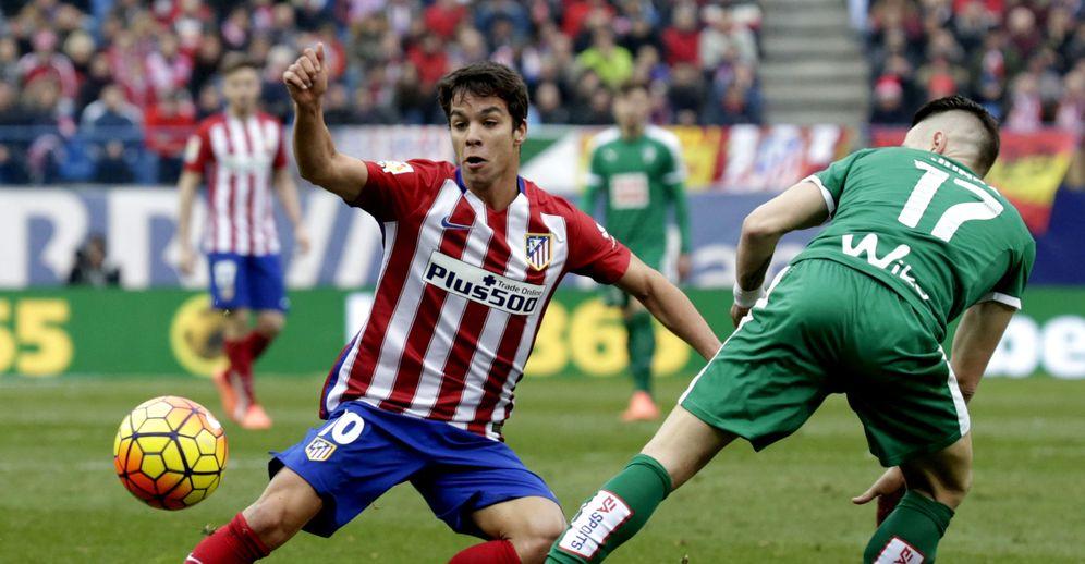 Foto: Óliver Torres, durante un partido de la pasada temporada (EFE)