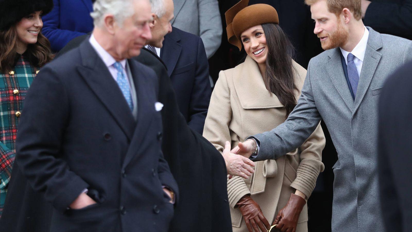 Foto: Meghan Markle, el príncipe Carlos y el resto de la familia real durante la misa de Navidad. (Getty)