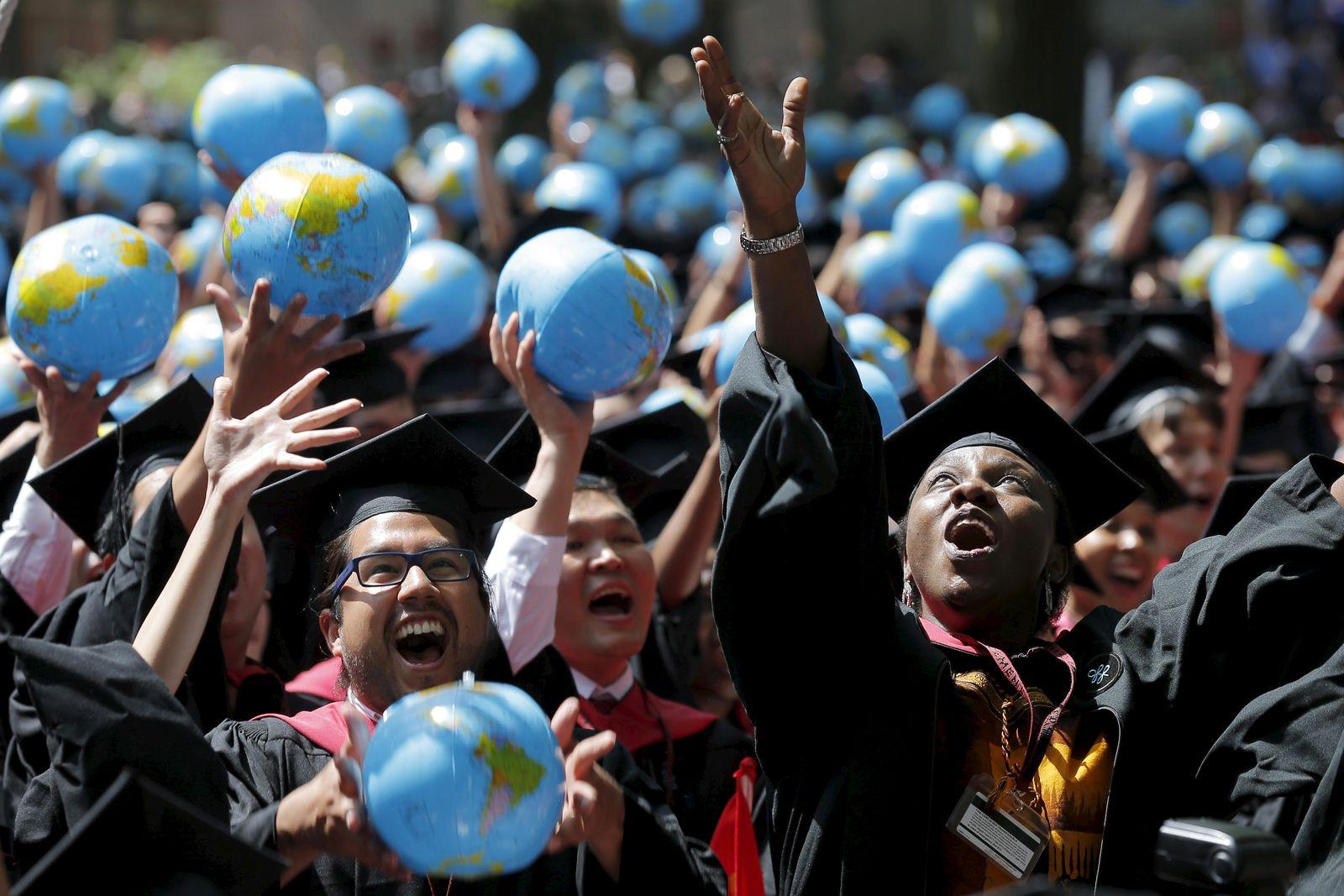 Foto: Olufunke Michaels y sus compañeros de clase celebran su graduación en la Universidad de Harvard, en Cambridge. (Reuters)