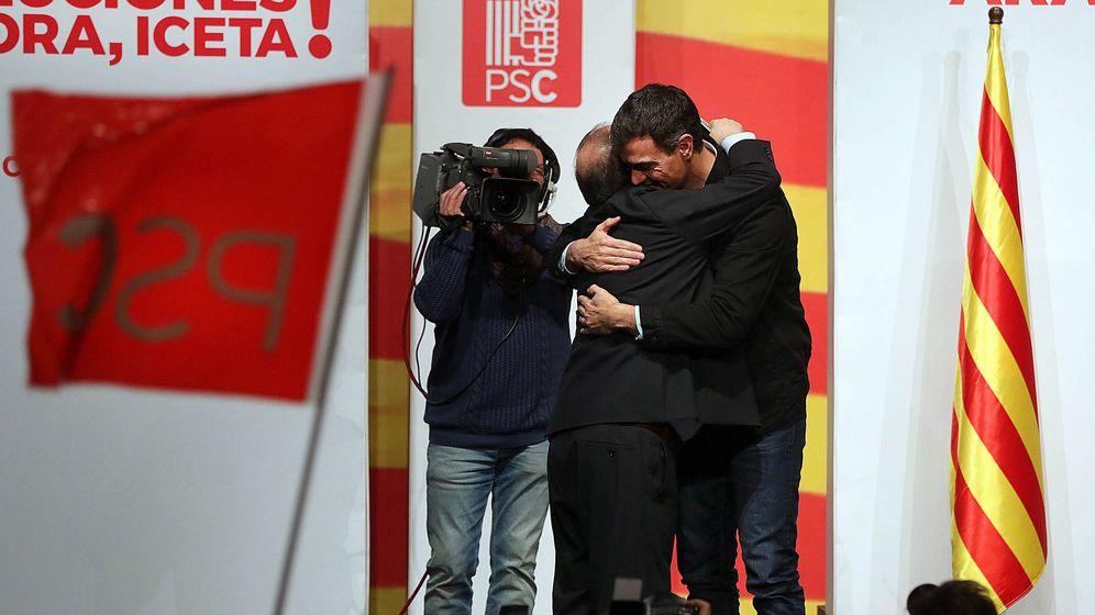 Foto: Pedro Sánchez y Miquel Iceta se abrazan durante su mitin en Lleida, este 10 de diciembre. (Jordi Play | PSC)