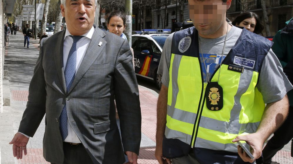Foto: El presidente de la Asociación de Usuarios de Servicios Bancarios (Ausbanc), Luis Pineda (i). (EFE)