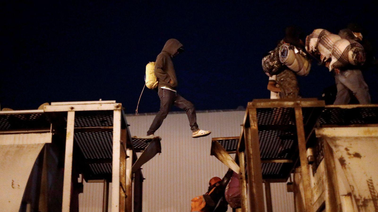 Foto: Inmigrantes centroamericanos saltan de un vagón de tren a otro, parte de una caravana de personas con destino a EEUU, en Tlaquepaque, México, el 19 de abril de 2018. (Reuters)