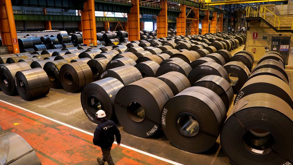 Foto: File photo: a worker walks past steel rolls at the arcelormittal steel plant in sestao