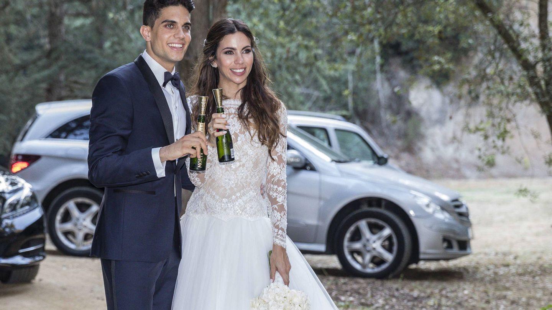 Marc Bartra y Melissa Jiménez durante su boda. (Gtres)