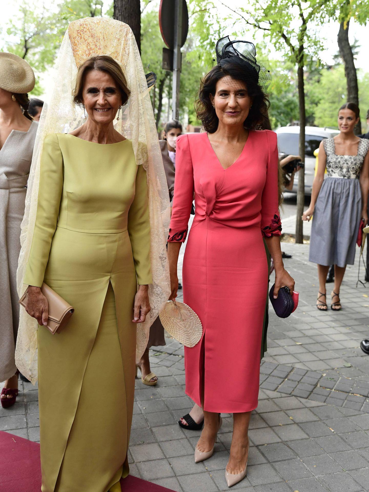 La madrina y la madre de la novia. (LP)