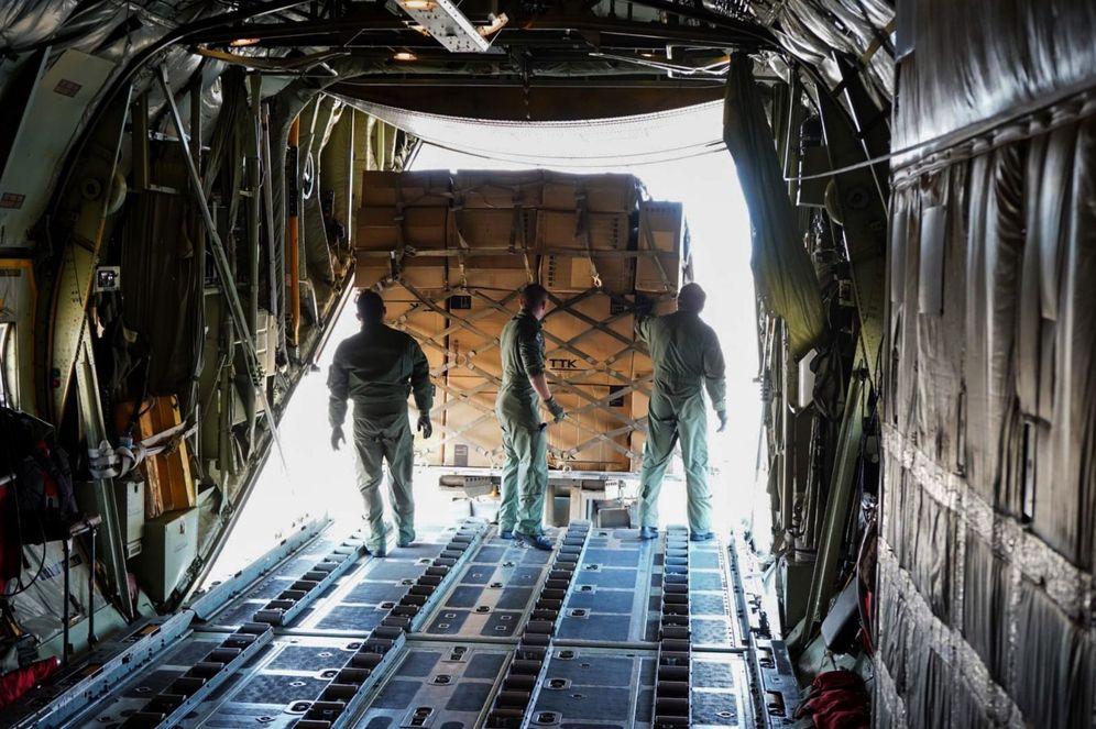 Foto: Avión con equipos de protección individual. (EFE/Ministerio de Defensa)