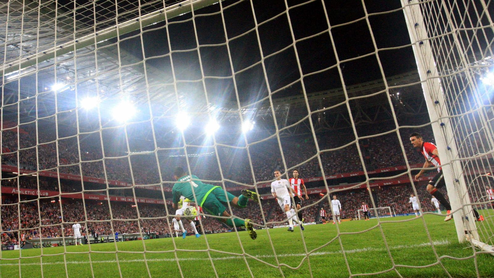 Foto: Keylor Navas evita un gol tras un remate de Aduriz (EFE)