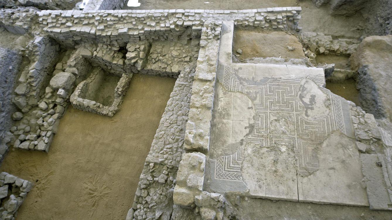 Foto: Así ha quedado el mosaico romano después de ser destrozado (EFE)