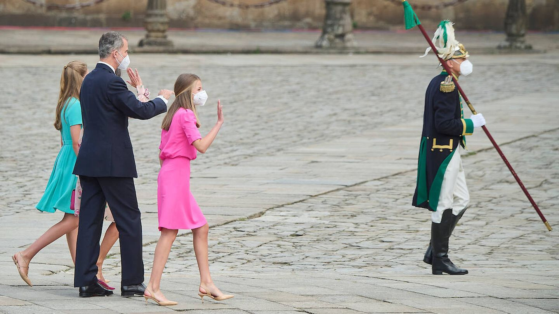 La familia real saluda a los presentes cuando se dirigen a la Catedral de Santiago. (Limited Pictures)