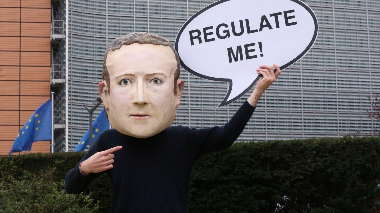 Un manifestante con una careta de Mark Zuckerberg, creador de Facebook. (Reuters)