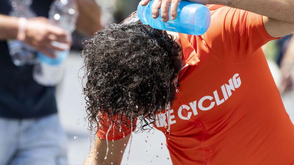 Foto: Un hombre se echa agua en la nuca en Roma el pasado 29 de julio. (EFE)