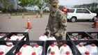 Militares reparten leche gratis en EEUU al descender drásticamente la demanda
