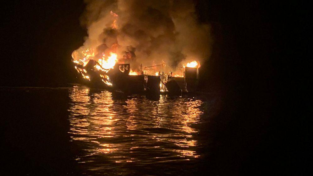 Foto: El navío incendiado. (Reuters)