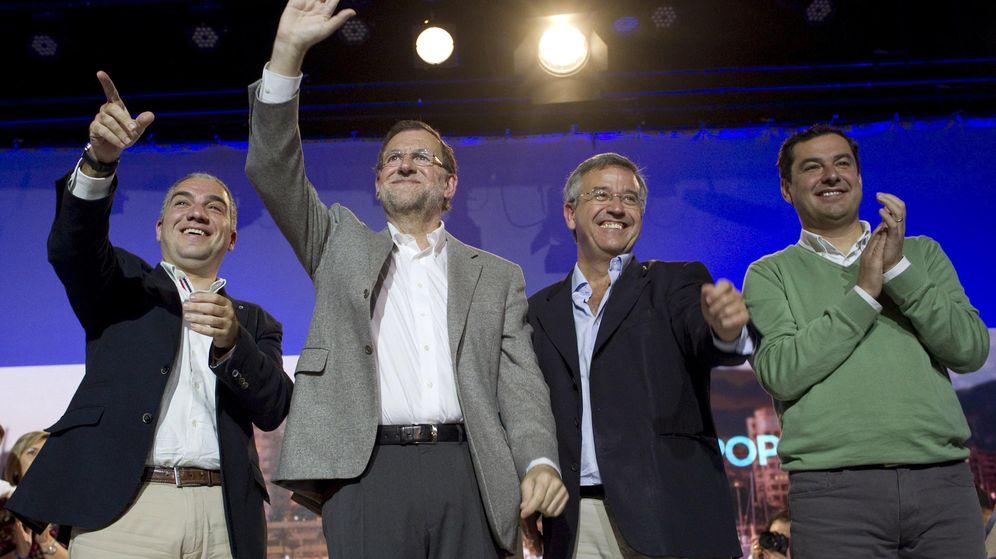 Foto: Elías Bendodo (i), Mariano Rajoy (i), Juanma Moreno (d) y José María García Urbano (2d) en Estepona. (EFE)