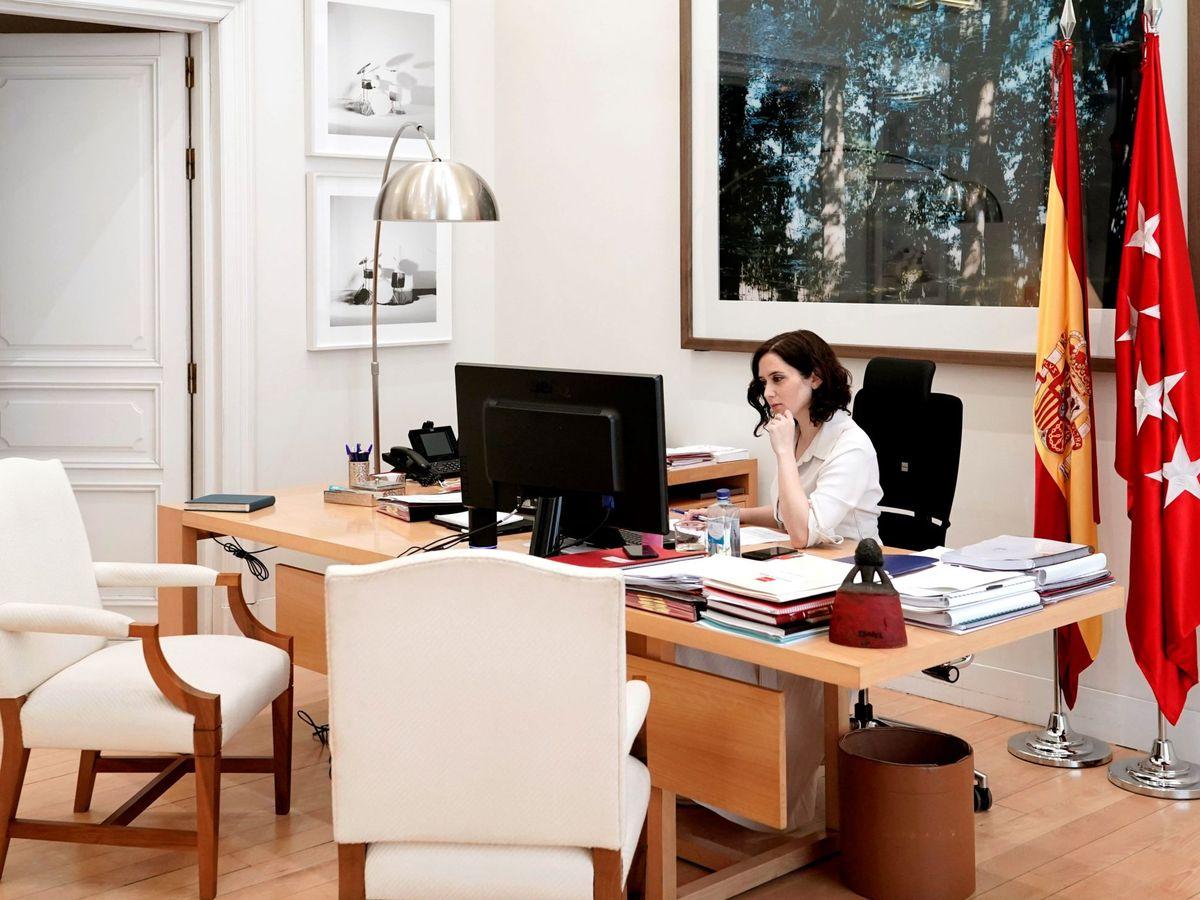 Foto: Ayuso, en una imagen de archivo en su despacho. EFE