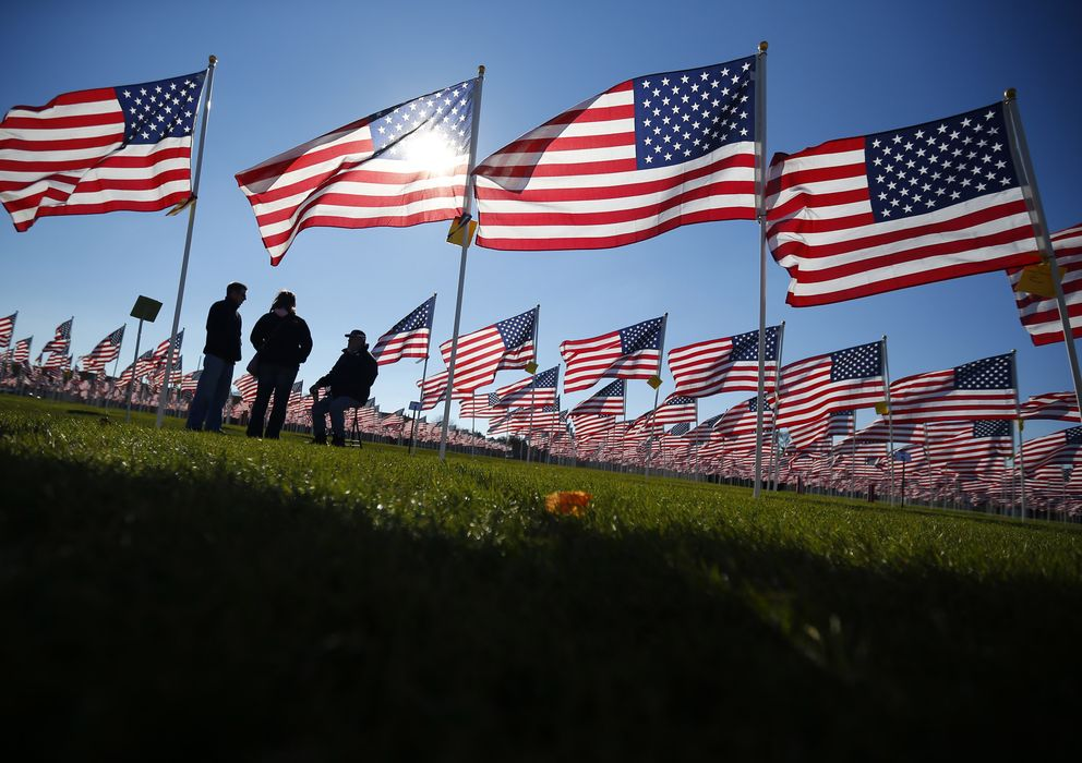 Foto: Tres veteranos de guerra estadounidenses hablan en un campo de Aurora, Illinois (Reuters).