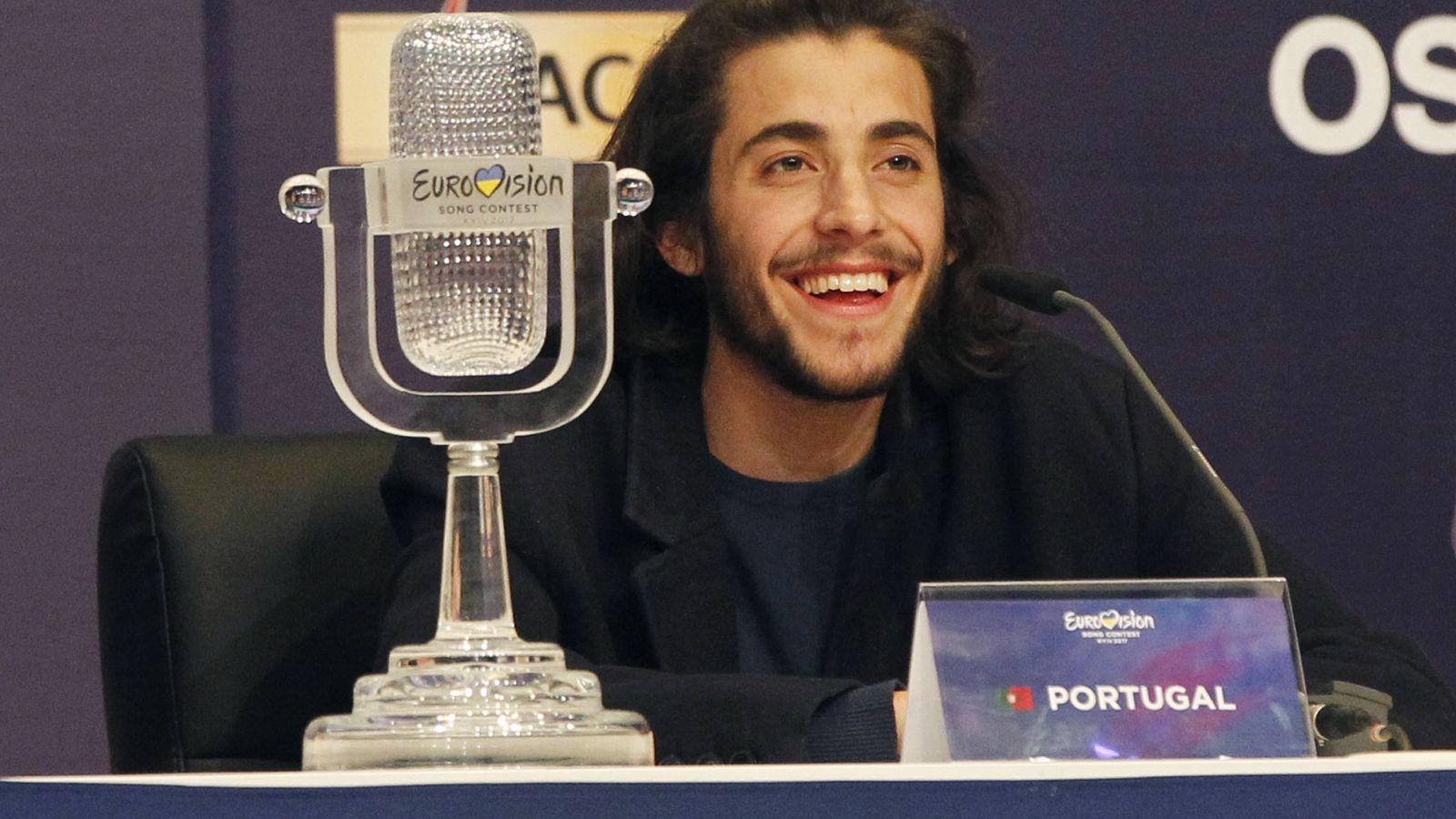 Foto: Salvador con el trofeo que acredita su triunfo eurovisivo. (Gtres)