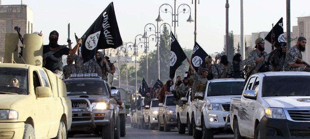 Foto: Milicianos islamistas radicales durante un desfile militar en las calles de Raqqa, Siria, capital del Califato instaurado por el Estado Islámico (Reuters)