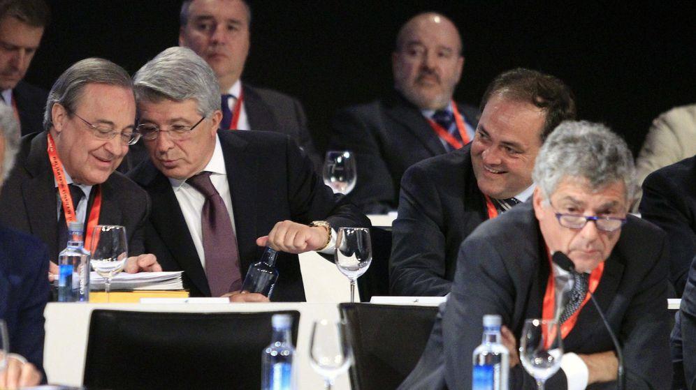 Foto: Florentino Pérez y Enrique Cerezo conversan sentados detrás de Villar. (EFE)