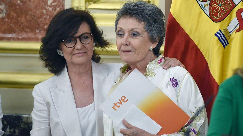 Foto: La vicepresidenta del Gobierno y ministra de la Presidencia, Relaciones con las Cortes e Igualdad, Carmen Calvo (i), junto a la nueva administradora de RTVE, Rosa María Mateo (d). (EFE)