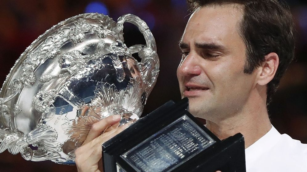 Foto: Roger Federer recogió entre lágrimas el trofeo de campeón del Open de Australia. (Reuters)