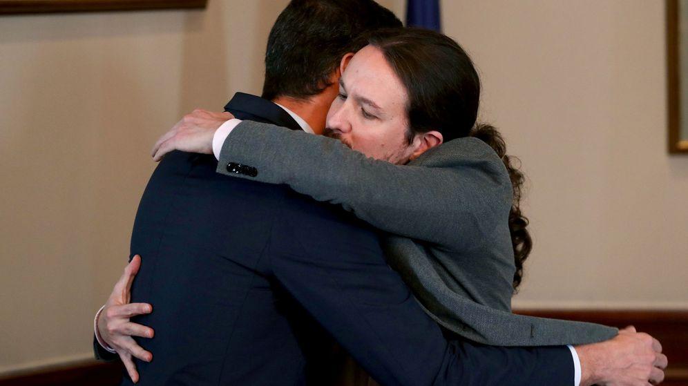 Foto: Pedro Sánchez y Pablo Iglesias se abrazan tras firmar el acuerdo para la formación de un Ejecutivo. (Reuters)