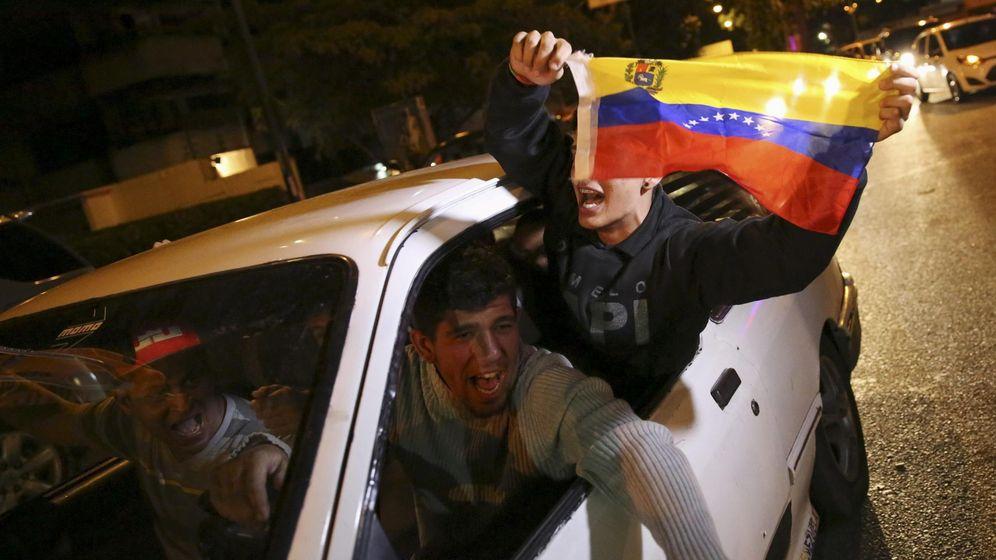 Foto: Partidarios del Gobierno pasean por las calles de Caracas, antes de conocerse los resultados electorales y la victoria de la oposición (Reuters)