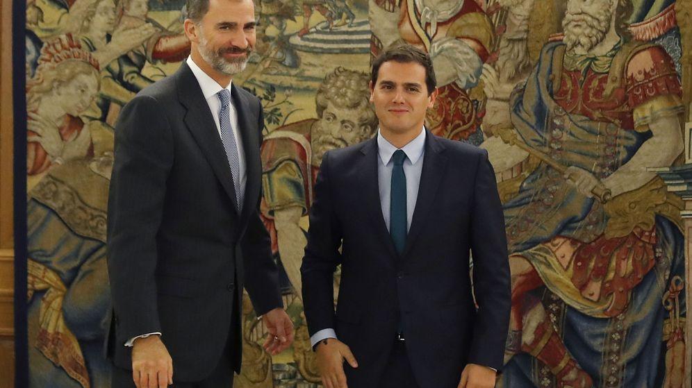 Foto: El rey Felipe recibe al líder de Ciudadanos, Albert Rivera (d), hoy en el Palacio de la Zarzuela, en la segunda jornada de su ronda de contactos para buscar candidato a la investidura. (EFE)