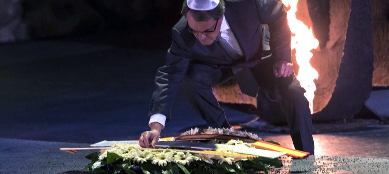 Foto: Artur Mas coloca una insignia de Cataluña en la corona de flores depositada en recuerdo de los seis millones de judíos muertos en manos del nazismo (EFE)