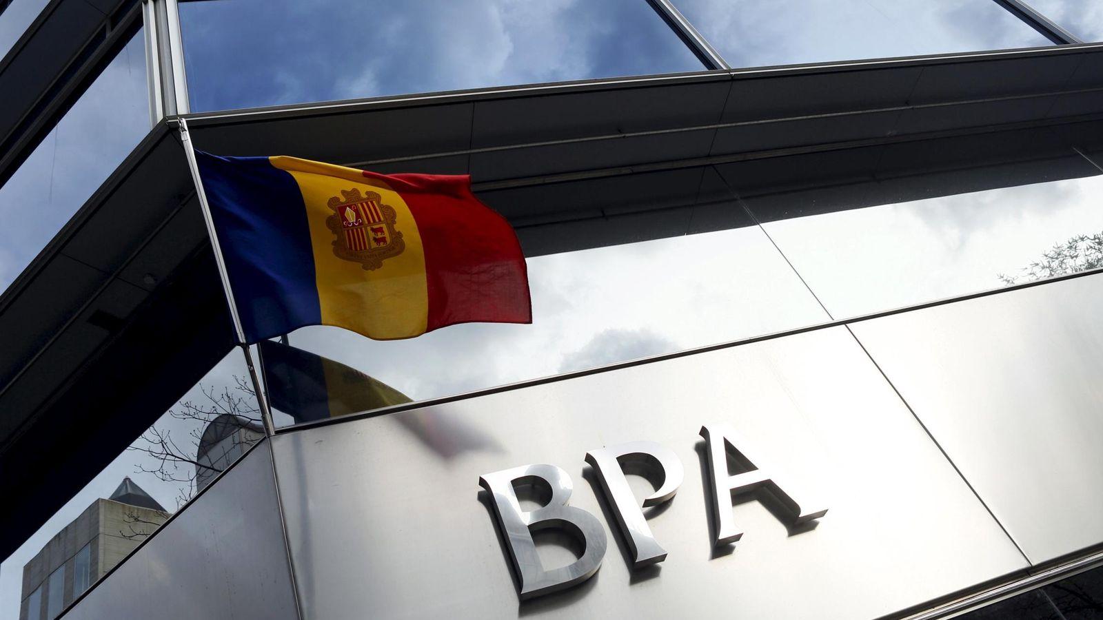 Foto: La bandera andorrana ondea en una de las sedes de BPA. (Reuters)