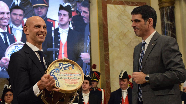 Richard Oribe recibe el Tambor de Oro de San Sebastián de manos de Eneko Goia. (EC)