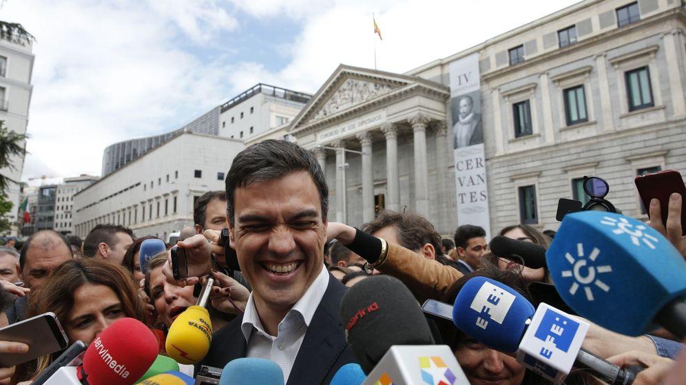 Foto: Pedro Sánchez, el pasado 21 de abril a la salida del concierto en el Congreso del 'Burleske de Quixotte'. (EFE)