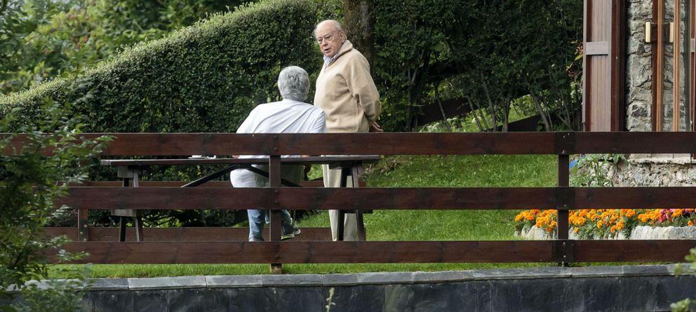 Foto: Jordi Pujol se deja ver en su casa de veraneo en la localidad gerundense de Queralbs. (EFE)