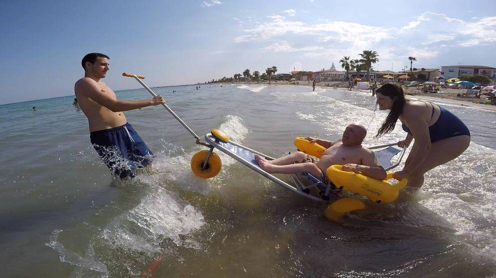 Foto: Nonay, a bordo de una silla anfibia en Castellón. (Miguel Nonay)