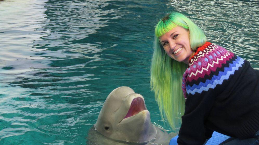 Foto:  Audra Ames con la cría de beluga (Fundación Oceanogràfic)